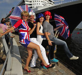 SUSI SALM ROCKT DIE QUEEN MARY 2 FLAGG PARADE